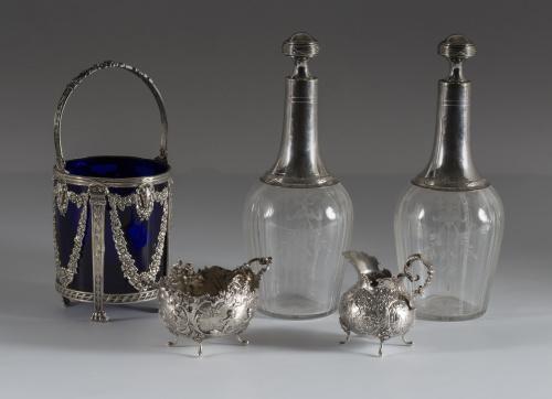Jarrito y azucarero de plata, con decoración repujada y cin