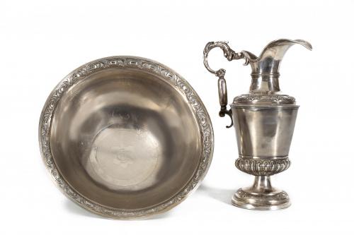Aguamanil de plata en su color de decoración repujada, cinc