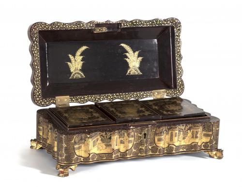 Caja para naipes de madera lacada y dorada.Trabajo cantoné