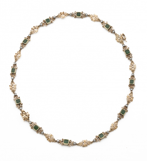Collar Isabelino de esmeraldas y diamantes entre piezas de