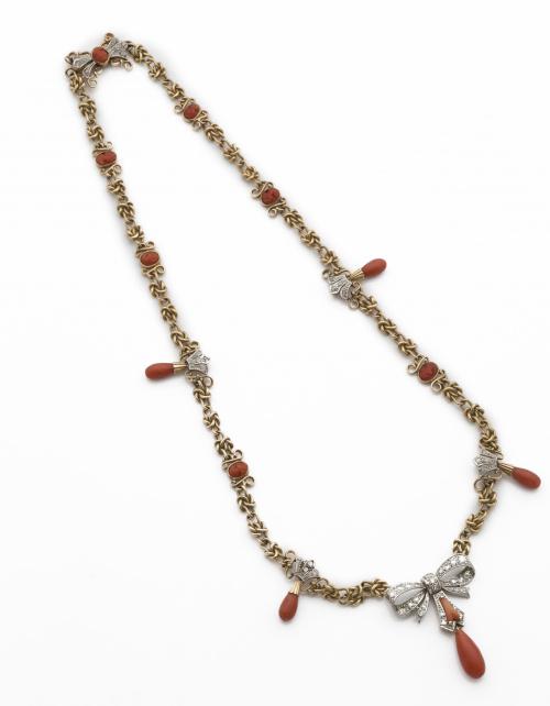 Collar c .1930 con nudos de oro y camafeos y perillas de co