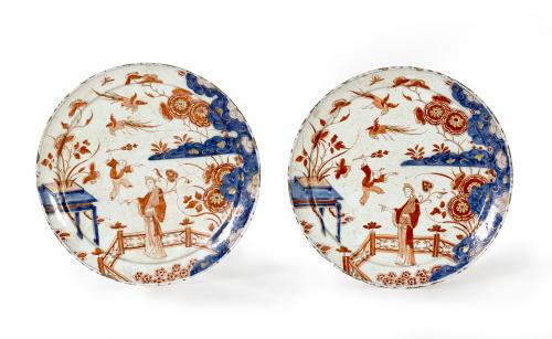 Pareja de platos de cerámica esmaltada de estilo imari.Con