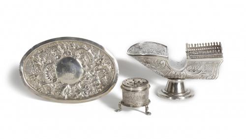 Bandeja oval de plata en su repujada con escudo condal.Tra