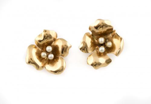 Pendientes flor con tres perlas centrales realizados en oro