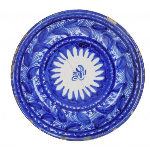 Plato acuencado de cerámica esmaltada de azul de cobalto.O