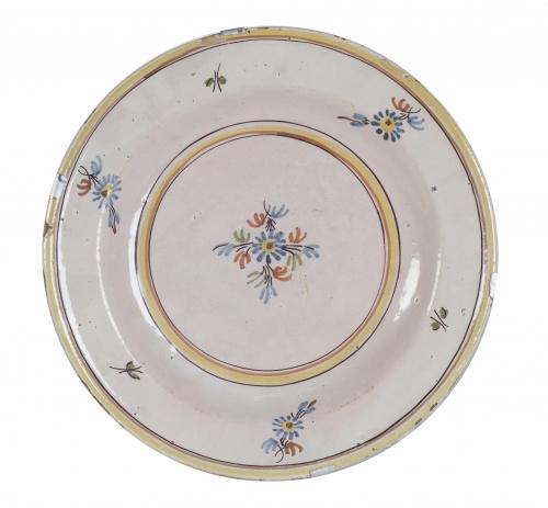 Plato de cerámica esmaltada con decoración de ramito,Quizás