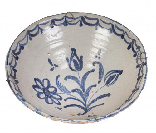 Cuenco de cerámica esmaltada de azul de cobalto con un rami
