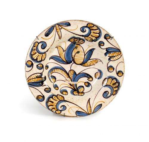 Plato de cerámica esmaltada de la serie tricolor con una fl