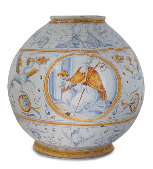 Orza de cerámica esmaltada en azul y ocre, de forma globula