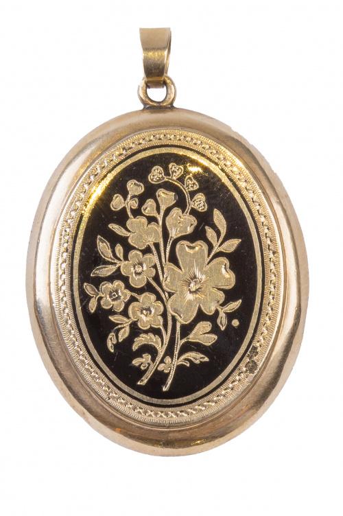 Guardapelo S. XIX con esmalte negro y motivos florales