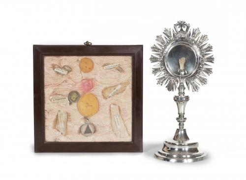 Cuadro con reliquias y medallones.Trabajo español o italia