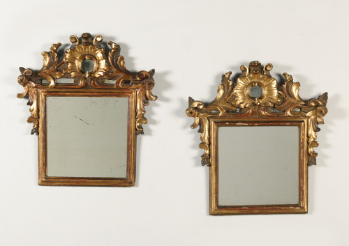 Pareja de espejos de estilo rococó con copete tallado, deco