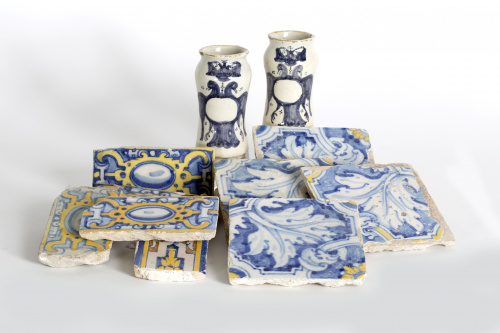 Par de pequeños albarelos de cerámica esmaltada en azul de