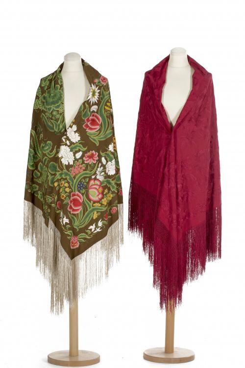 """Mantón de """"Manila"""" en seda marrón con flores bordadas de hi"""