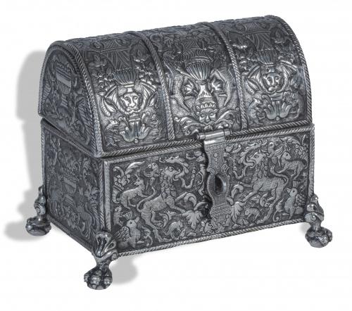 Cofre de plata repujada, con grifos, jarrones y cuernos de