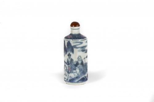 Snuff bottle en cerámica esmaltada azul y blanco. Viaje al