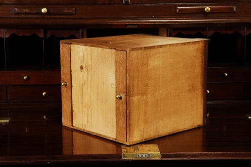 Importante bureau-cabinet Jorge II en caoba, roble y nogal