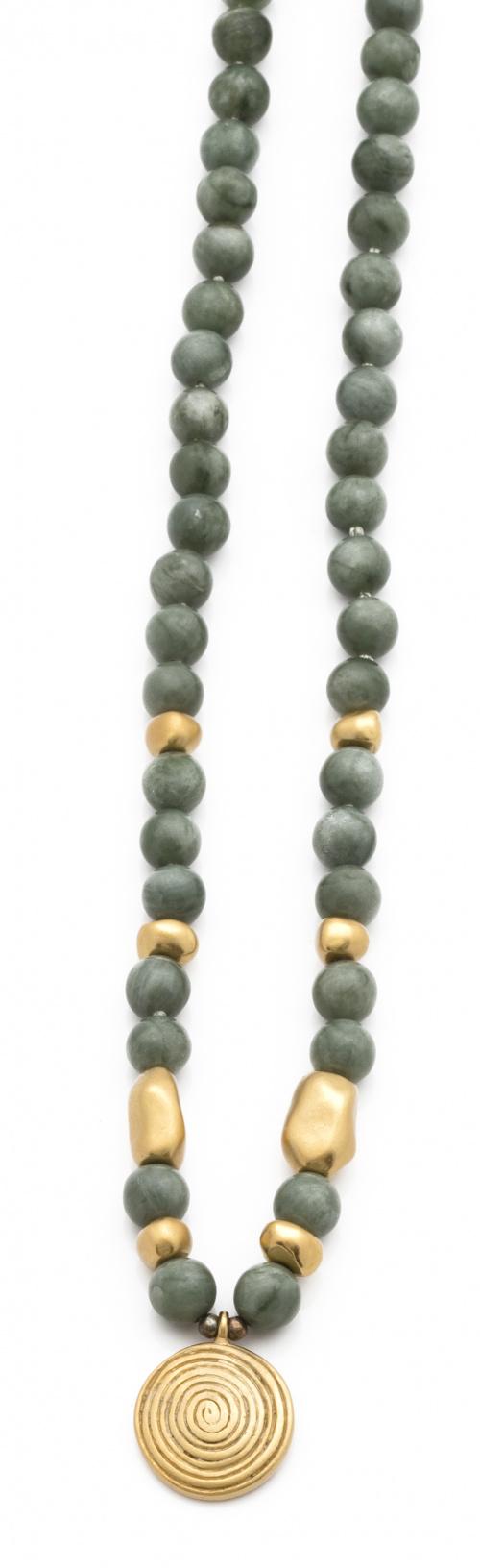 Collar de jade verde con entrepiezas y centro de plata chap