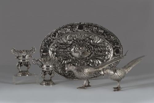 Pareja de faisanes de plata cincelada y repujada, con marca