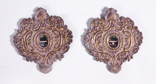 Pareja de relicarios en metal plateado, reliquias bajo vitr