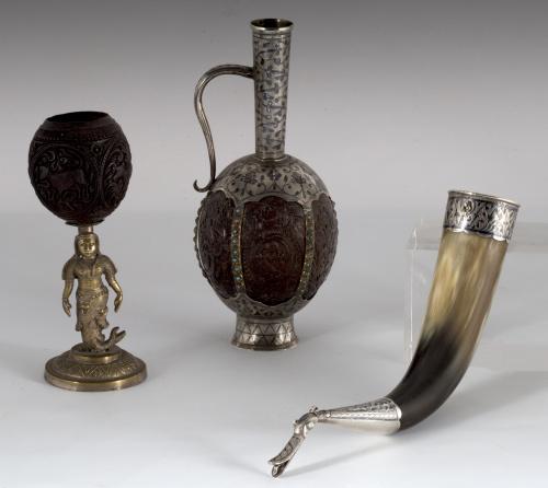 Coco tallado, vástago de bronce de Madrás que representa a