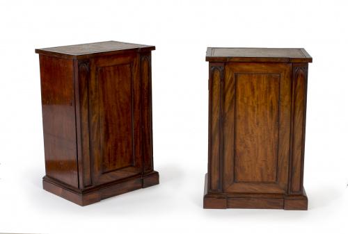 Pareja de mesitas victorianas en madera de caoba con tapa d