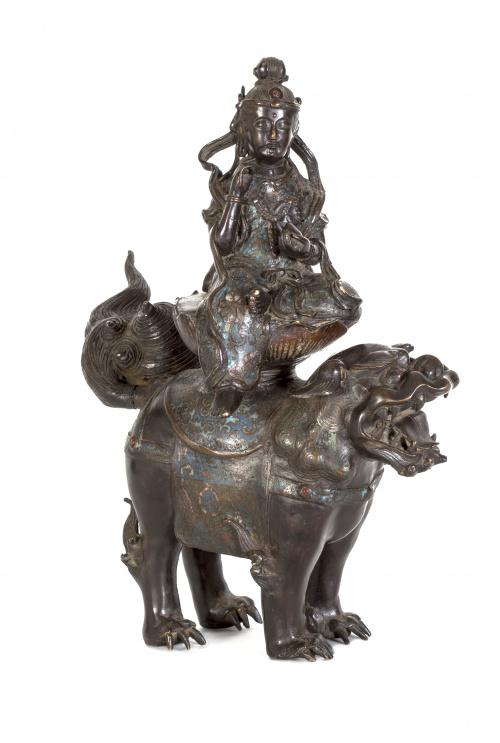 Escultura de deidad en bronce esmaltado en cloisonné.Japón