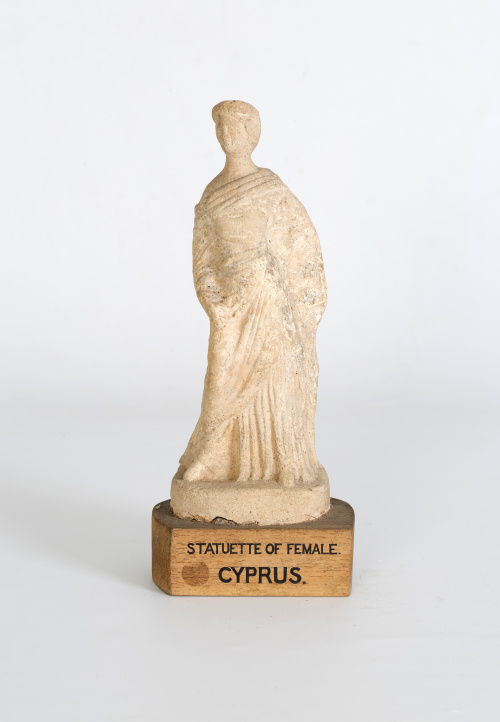 Figura femenina de terracota.Período helenístico, S. IV-II