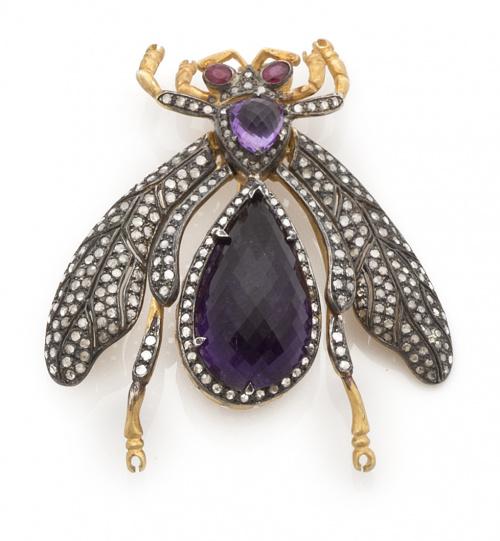 Broche mosca con amatistas facetadas en cuerpo,diamantes en