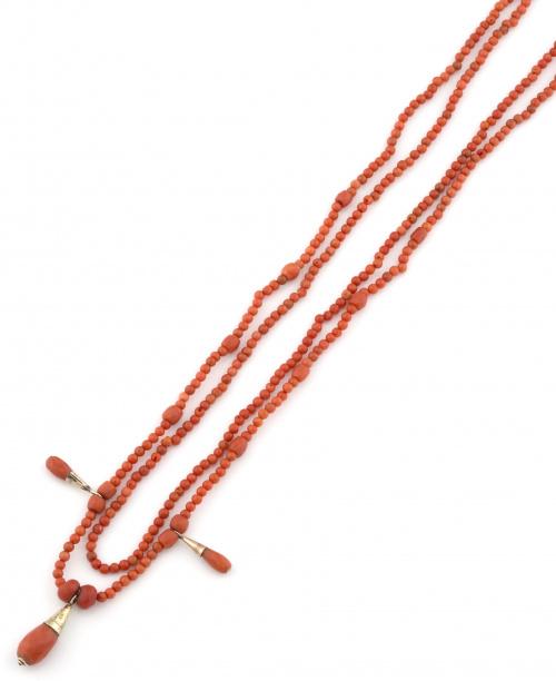 Collar largo s. XIX de coral mediterráneo con tres perillas