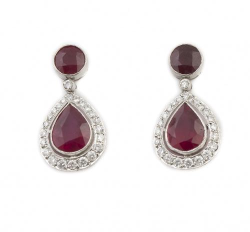 Pendientes de rubíes y brillantes con pieza colgante en for