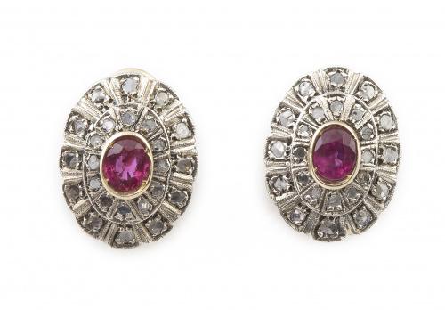 Pendientes con rubíes centrales de talla oval y doble orla