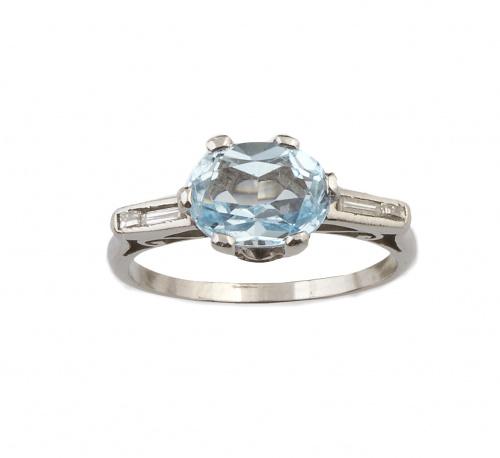 Sortija con topacio azul oval entre baguettes de diamantes