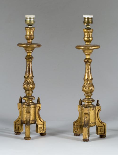 Pareja de hacheros Carlos IV de madera estucada y dorada.T