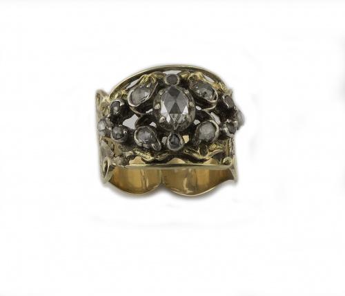 Sortija isabelina con centro calado con diamantes de talla