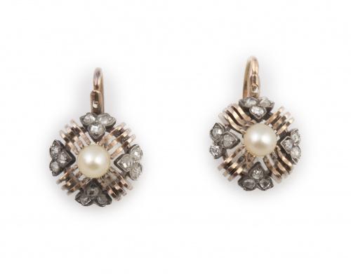 Pendientes pp. s.XX con perla rodeada por cuatro corazones