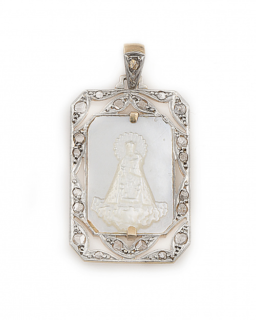 Medalla colgante de pp. s.XX con Virgen tallada en nácar ro