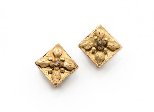Pendientes romboidales s.XIX con flor de pétalos grabados a