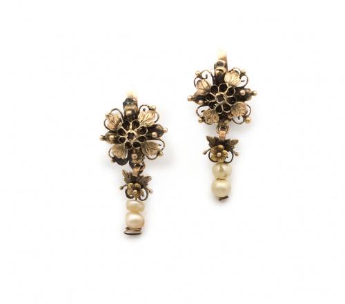 Pendientes de ff s XIX con flor en relieve y perlas de vidr