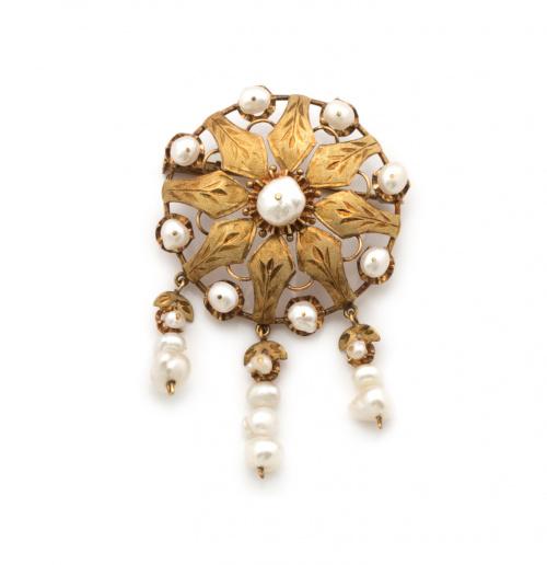 Broche flor con pétalos de oro mate grabado y perlas barroc