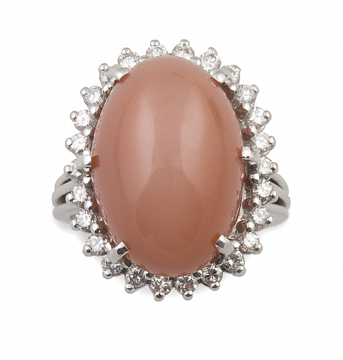 Sortija con gran cabuchón de piedra luna anaranjada orlada