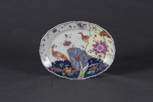 """Plato de porcelana esmaltada de """"hoja de tabaco"""".China, S."""