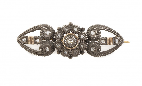 Broche S. XIX con flor central de diamantes entre piezas a