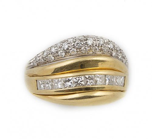 Sortija con línea de diamantes talla princesa y banda ondul