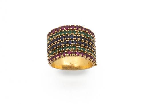 Sortija ancha con 6 bandas de zafiros, rubíes y esmeraldas