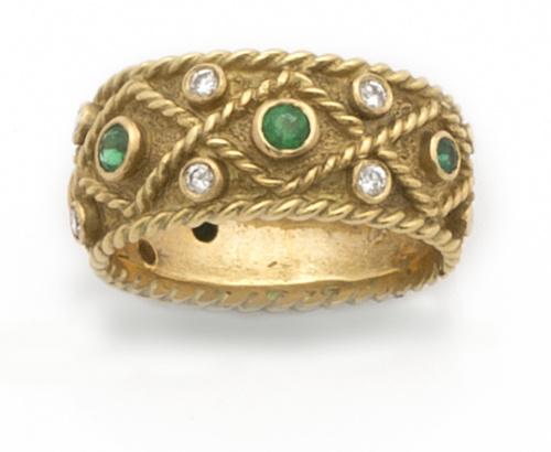 Sortija ancha con esmeraldas y brillantes en diseño tipo bi