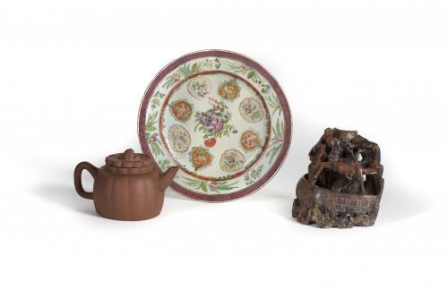 Plato de porcelana de compañía de Indias con esmaltes de la