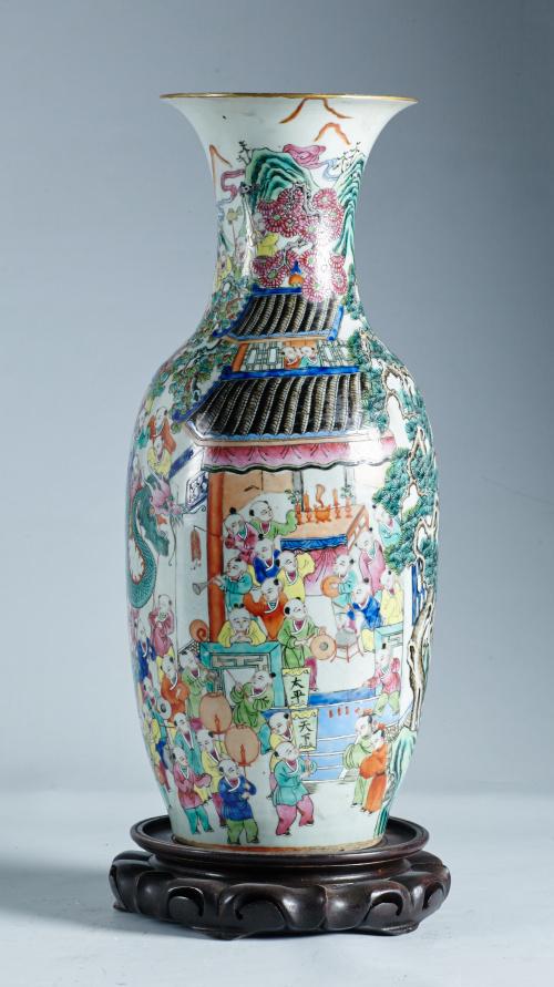 Jarrón de porcelana esmaltada, de profusa decoración.Traba