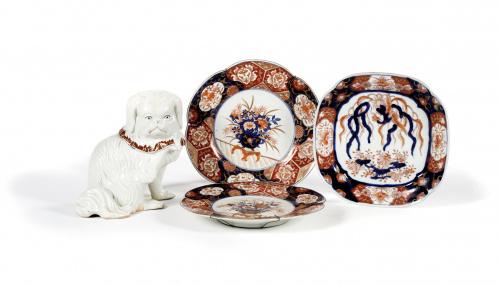 Pareja de platos lobulados de porcelana esmaltada de estilo