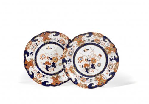 Pareja de platos en loza dura de Sharpus & Co. decorados co